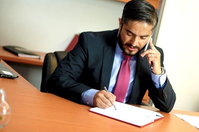 asesor financiero preparando el examen mifid ii